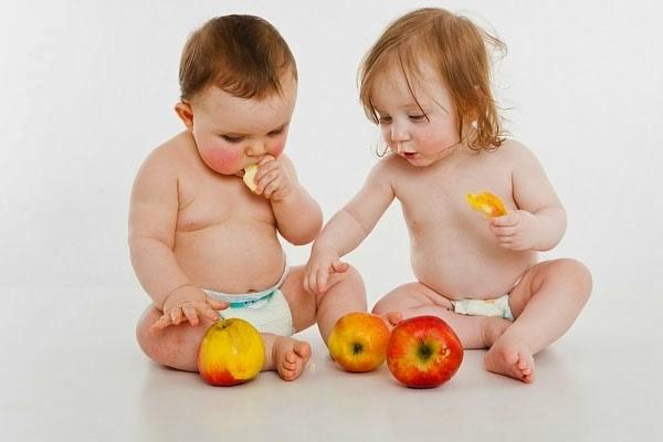 Trẻ cần ăn cả hoa quả và rau xanh