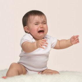 Trẻ khóc đòi bế